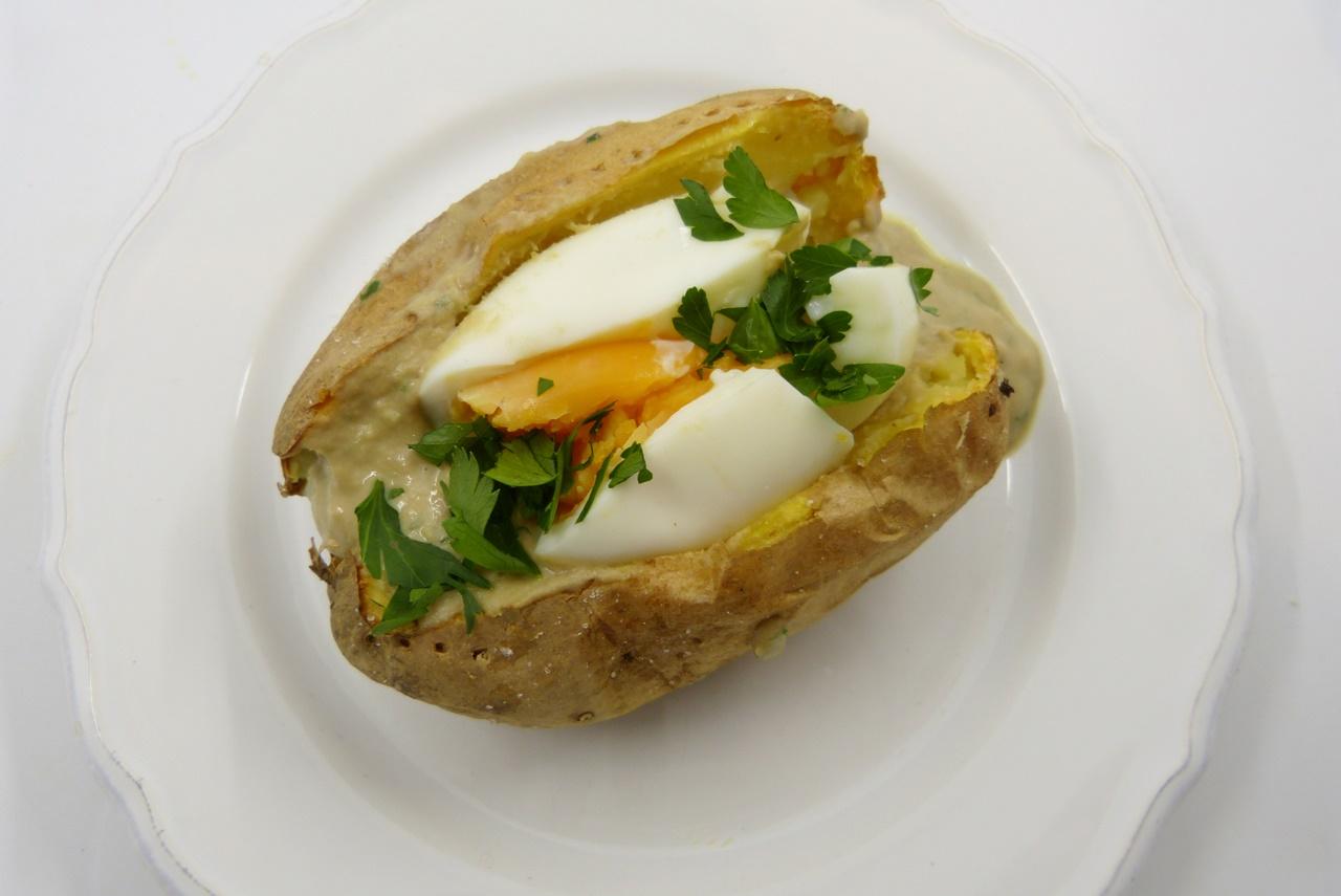 Ofenkartoffel mit Ei und Tonnato-Sauce