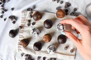 no-bake vegan dessert thin mint brownie balls with cocoa coating and powdered sugar coating on canvas