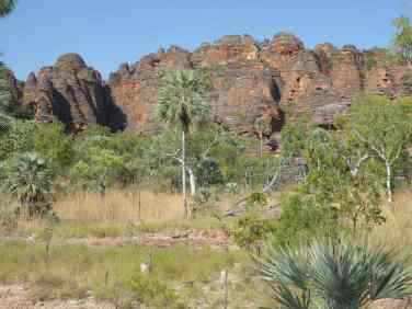 Approaching Nigli Gap and the Bush Tucker Dreaming site.