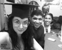 Pierre lässt mich seinen Hut anprobieren (Graduación del Colegio)