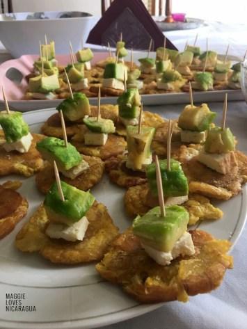Tostones mit Käse und Avocado