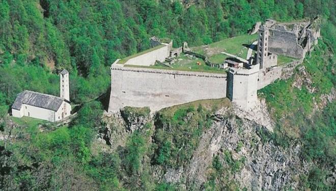 Castello Mesocco mit Kirche