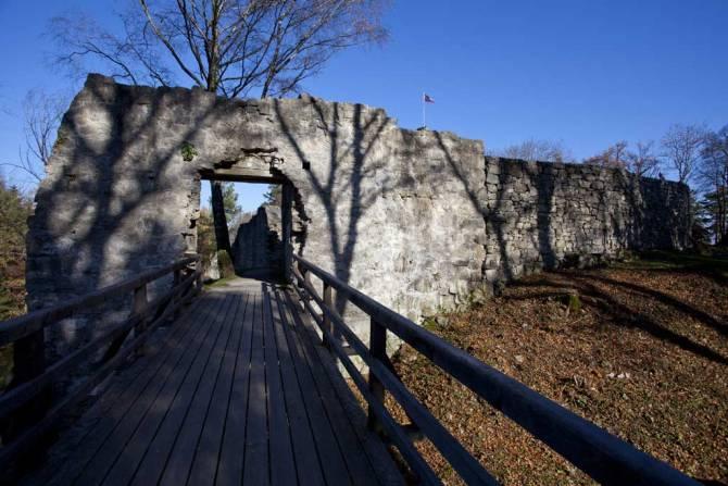 Eingang zur Burgruine Schellenberg
