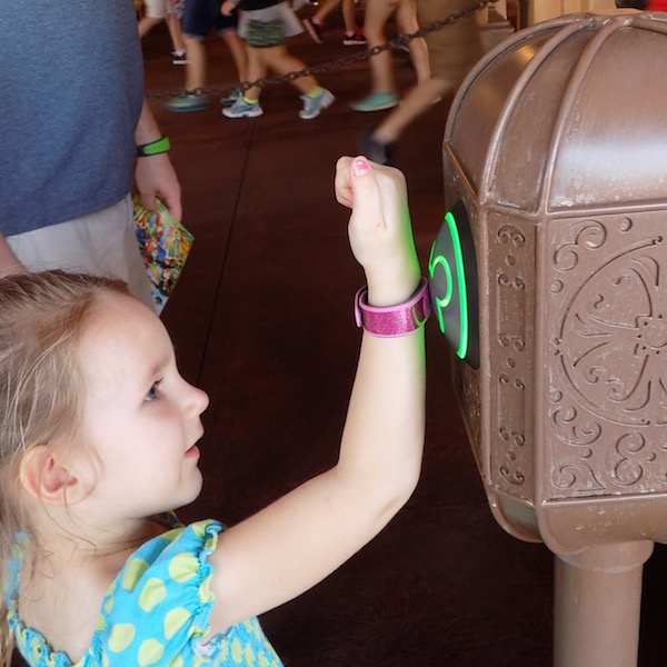 Magic Kingdom - Fastpass+, Child uses magic band