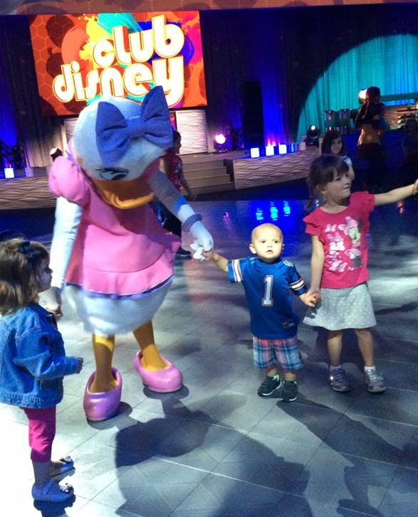 Daisy dancing with kids in Club Disney