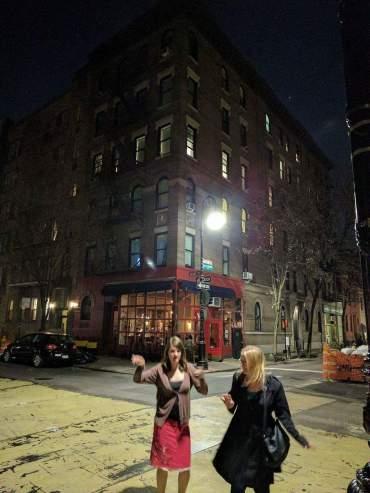 Anna_Gwynnie_outside Friends apartment_3
