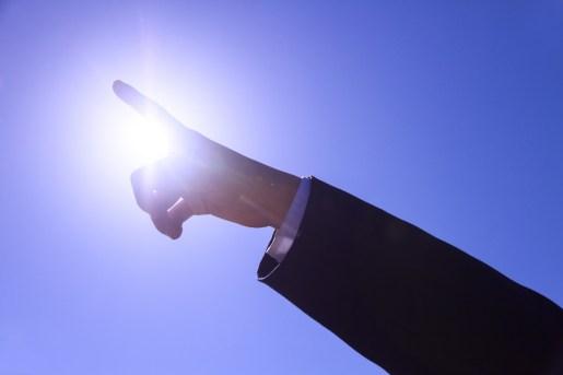 光を指さす
