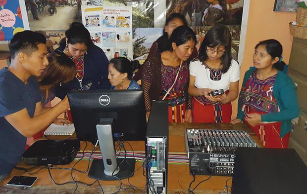 Las radios comunitarias son una herramienta poderosa en comunidades rurales. Foto: Cultural Survival