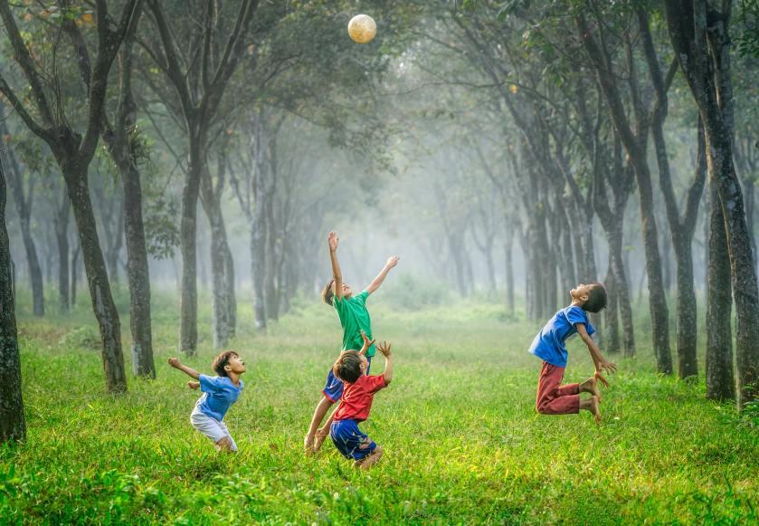 anak bermain dengan gembira