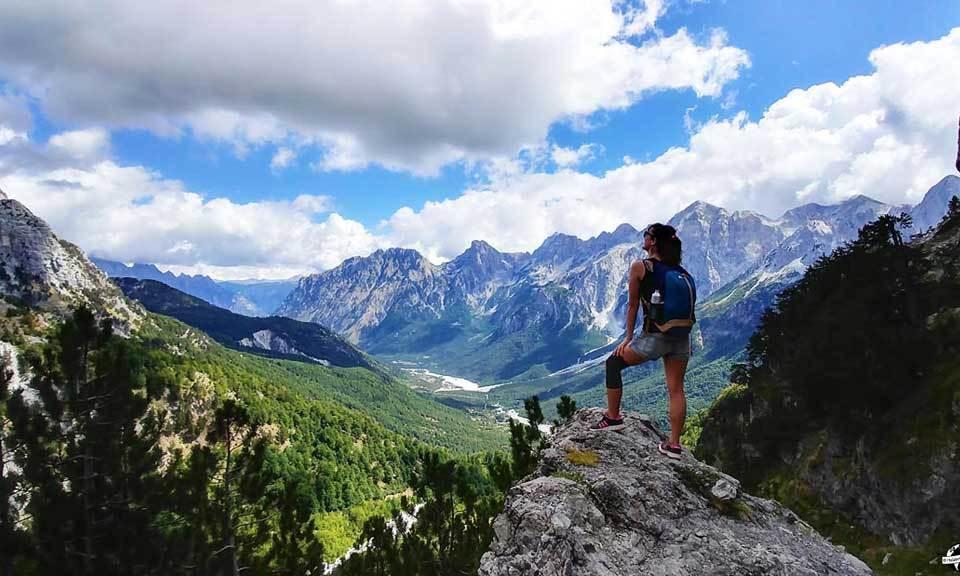 Journée magique dans les Alpes albanaises : randonner entre Valbona et Teth