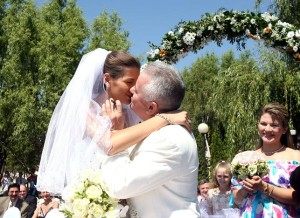 "Irinel Columbeanu, isi saruta sotia, sambata 22 iulie 2006, dupa ce a spus ""Da"" in fata ofiterului Starii Civile."
