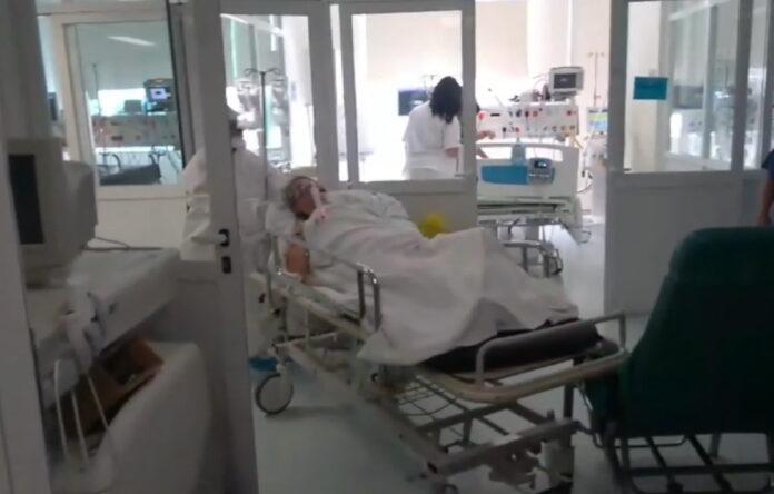 Η συγκινητική στιγμή που 78χρονη με υποκείμενα νοσήματα παίρνει εξιτήριο από τη ΜΕΘ (video)