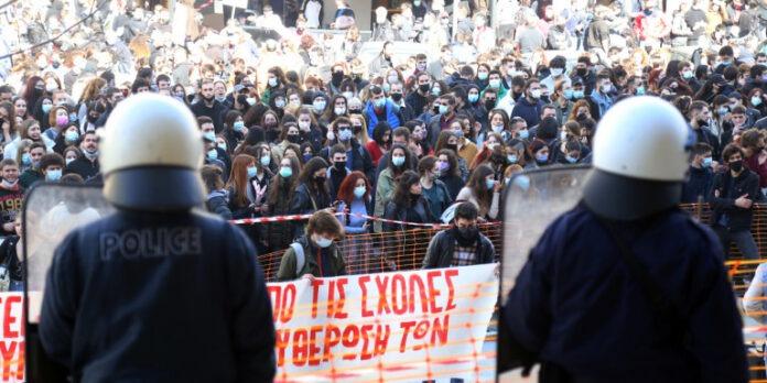 Στο Αυτόφωρο οι 31 συλληφθέντες για τα επεισόδια στο ΑΠΘ Συγκέντρωση φοιτητών έξω από τα δικαστήρια