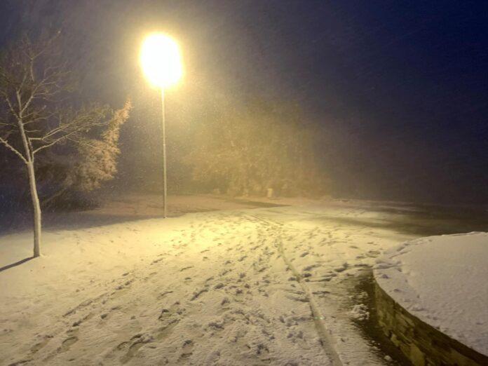 Συνεχίζεται η έντονη χιονόπτωση στον Βόλο