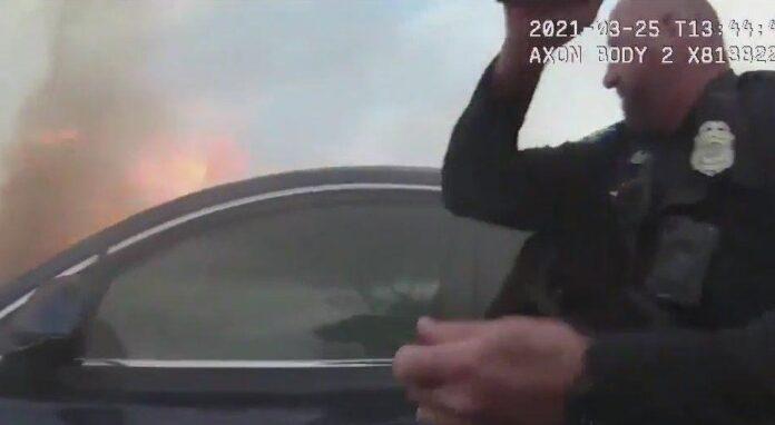 Αστυνομικός σώζει αναίσθητο άνδρα από αμάξι με φλόγες – Συγκλονιστικές εικόνες