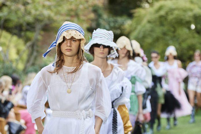Λευκό φόρεμα: 5 επιλογές από τα Zara που θα σου κοστίσουν λιγότερο από €30