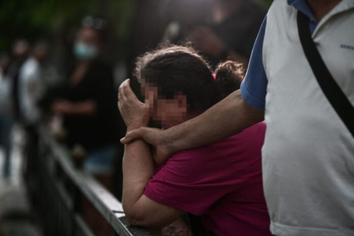 Τραγική φιγούρα η μητέρα του 32χρονου που έπεσε νεκρός – «Ξέρουν ποιοι το έκαναν, δεν θέλουν να τους πιάσουν»
