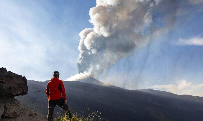 «Ξύπνησε» και η Αίτνα: Βγαίνουν καπνοί από τον κρατήρα