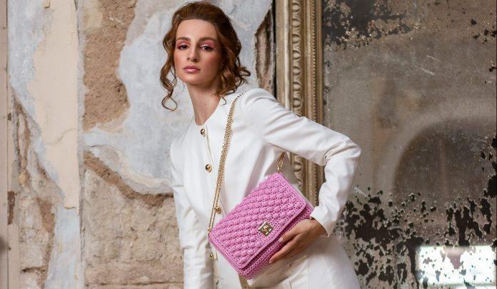 Η MISS POLYPLEXI στηρίζει το «ΑΛΜΑ ΖΩΗΣ» με μια συλλεκτική ροζ δημιουργία