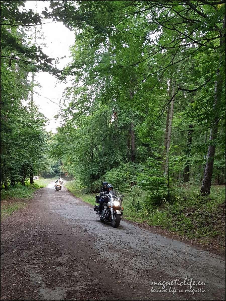 Wjazd motocyklistów naszczyt Hrobaczej Łąki
