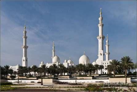 Meczet widoczny zparkingu