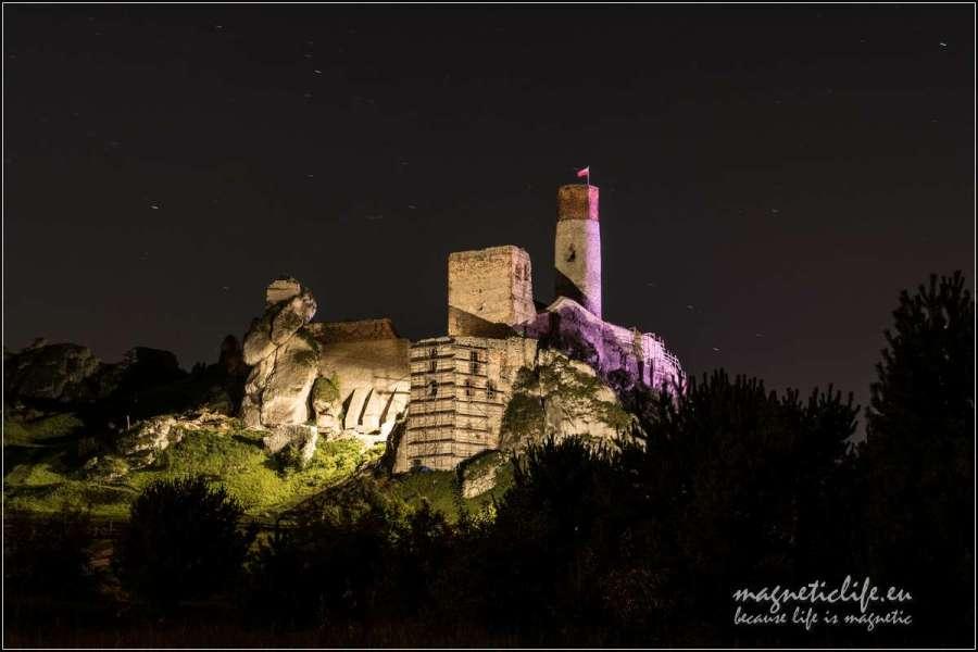 Zamek wOlsztynie nocą jest podświetlony