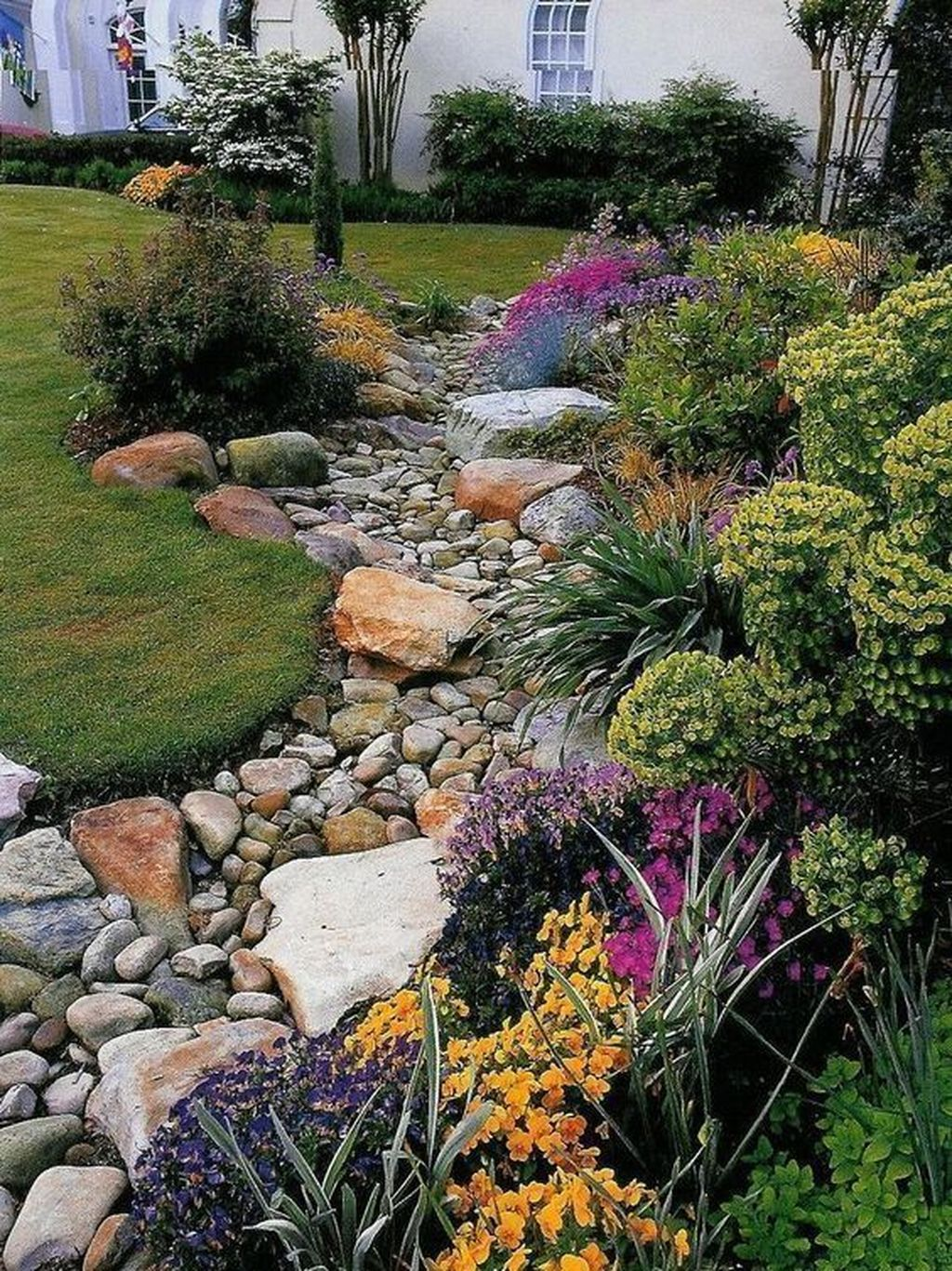 Awesome River Rock Landscaping Ideas 17