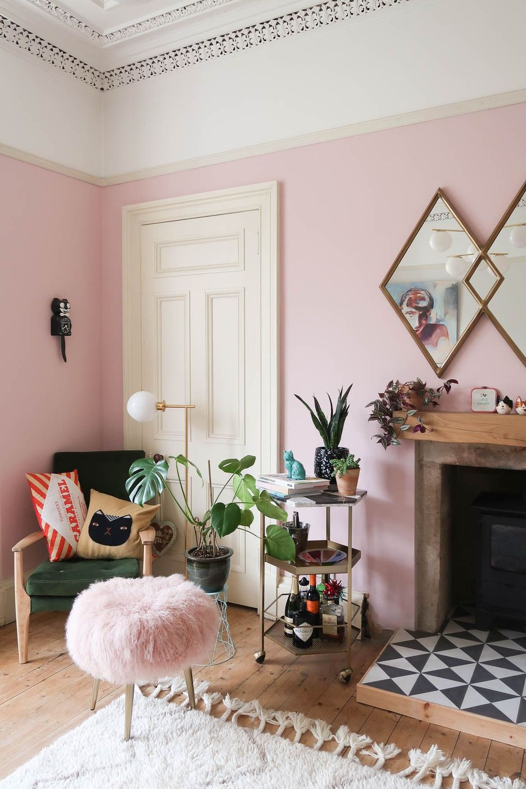 Gorgeous Pink Accent Living Room Decorating Ideas 06