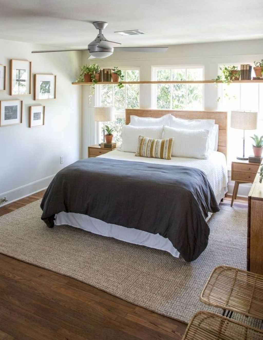 The Best Small Master Bedroom Design Ideas WIth Farmhouse Style 15