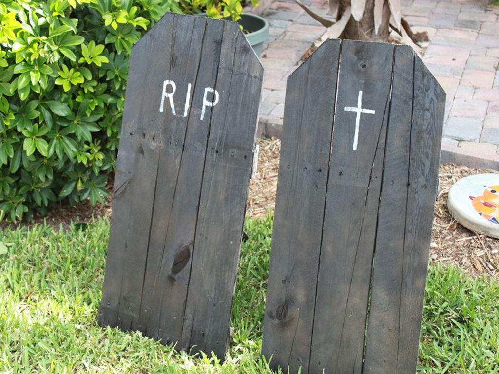 Awesome Halloween Backyard Party Decorations Ideas 07
