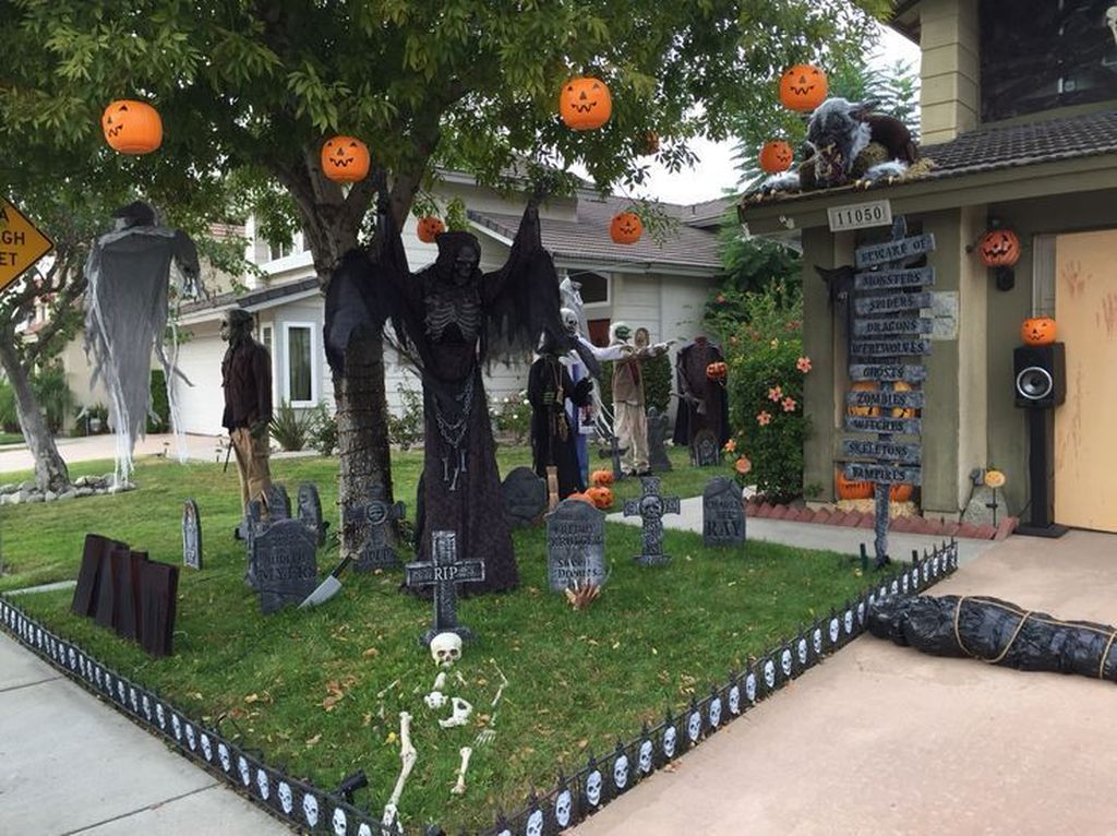 Awesome Halloween Backyard Party Decorations Ideas 17