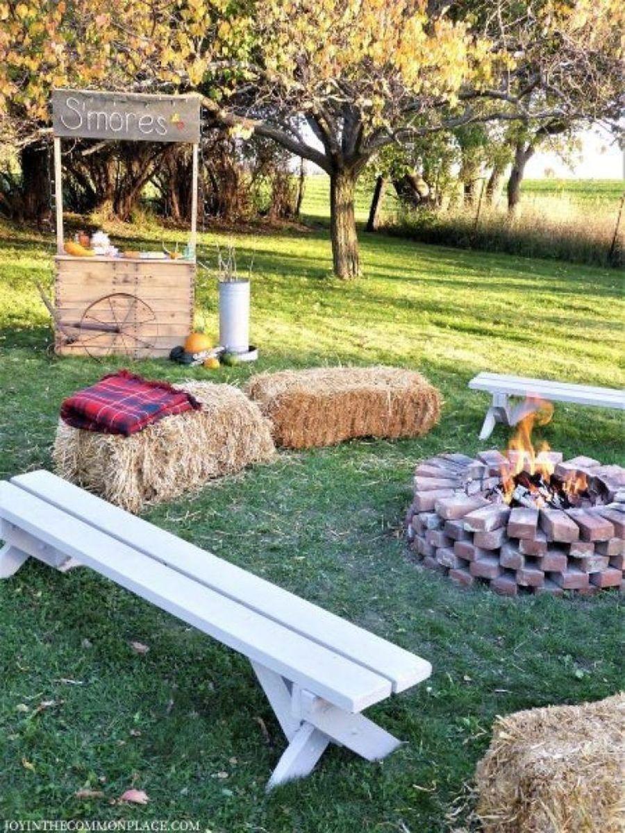 Fabulous Fall Backyard Party Decorations Ideas 27