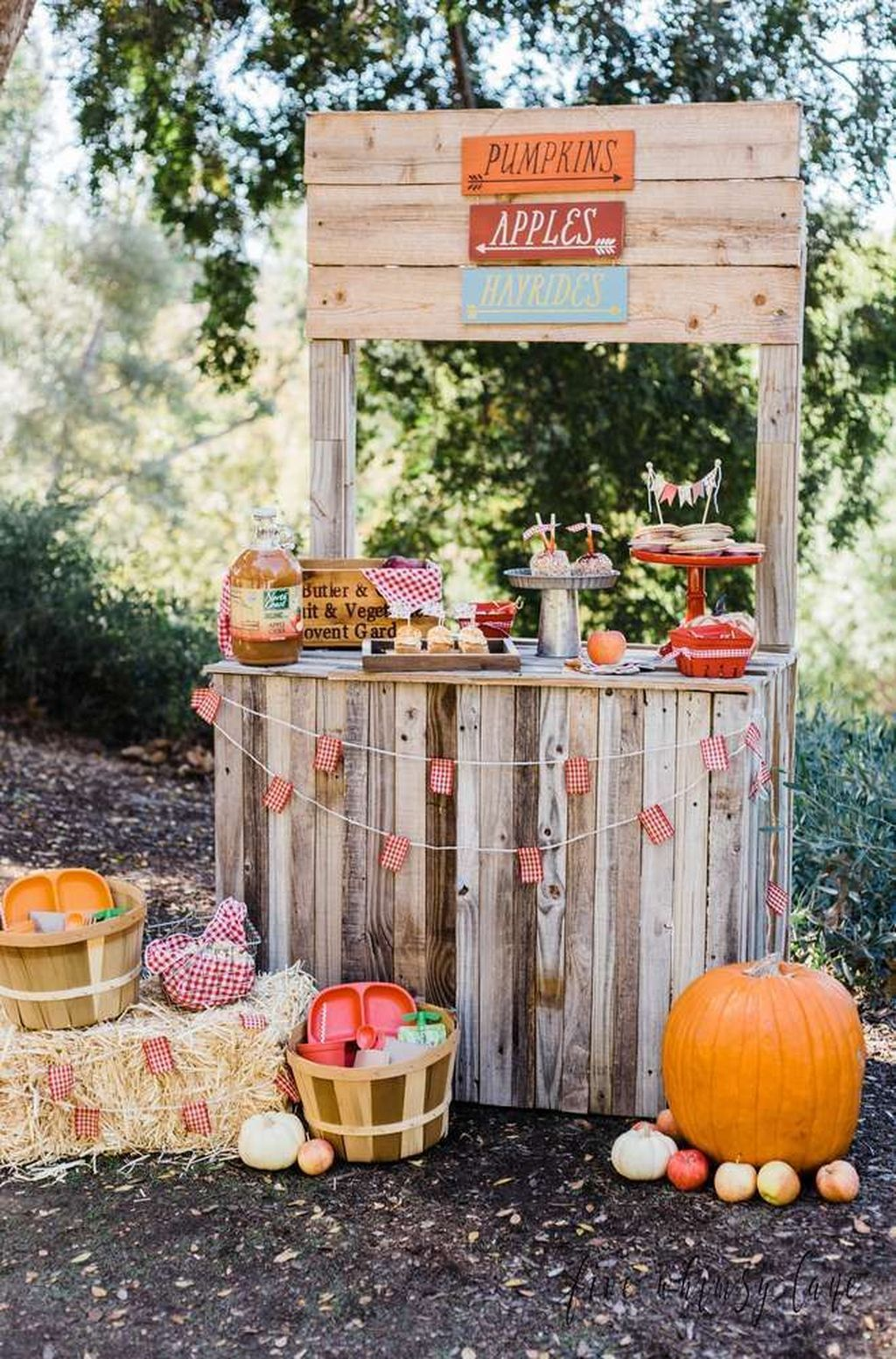 Fabulous Fall Backyard Party Decorations Ideas 29