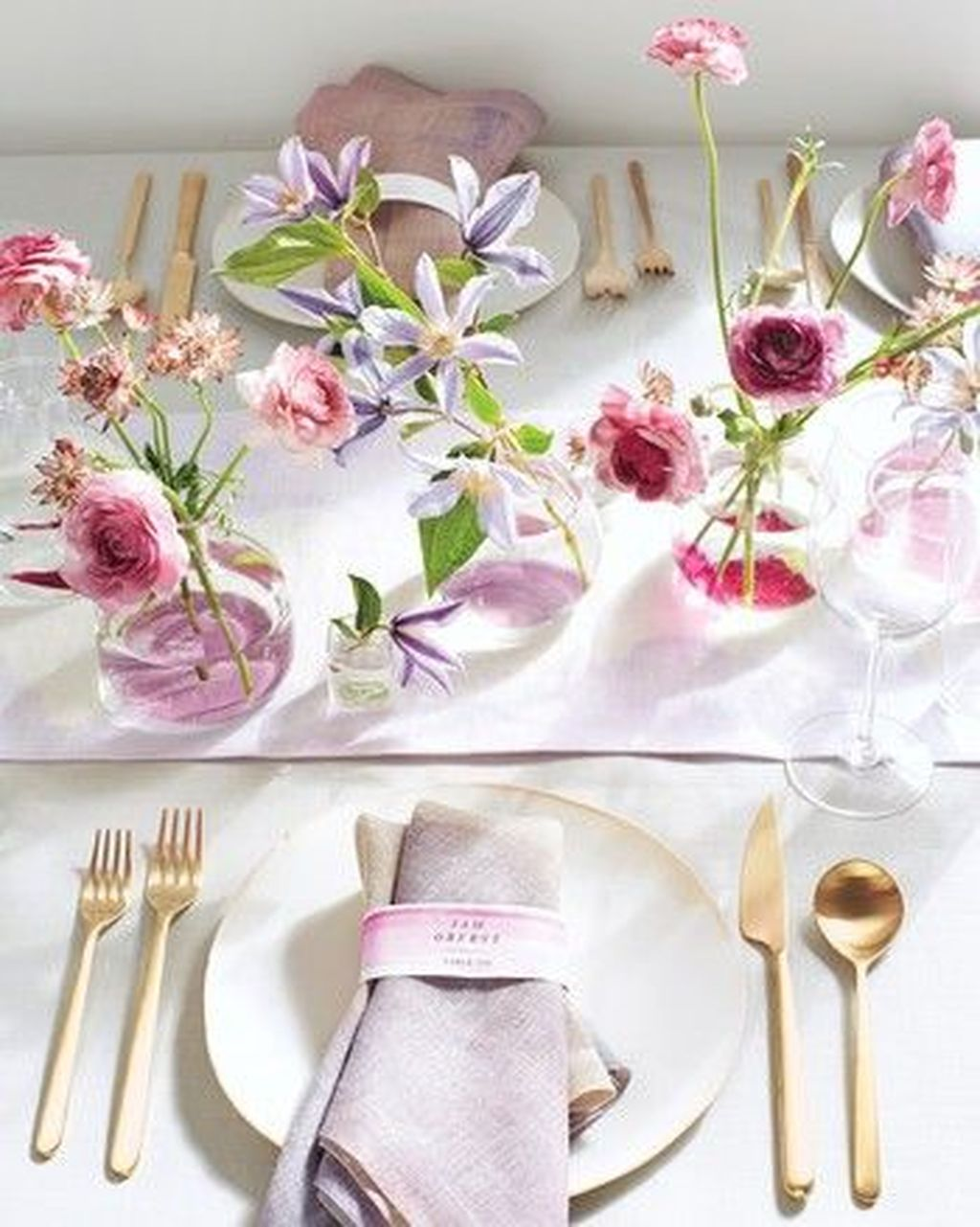 Lovely Bud Vase Centerpiece Decor Ideas For Your Dining Table 03
