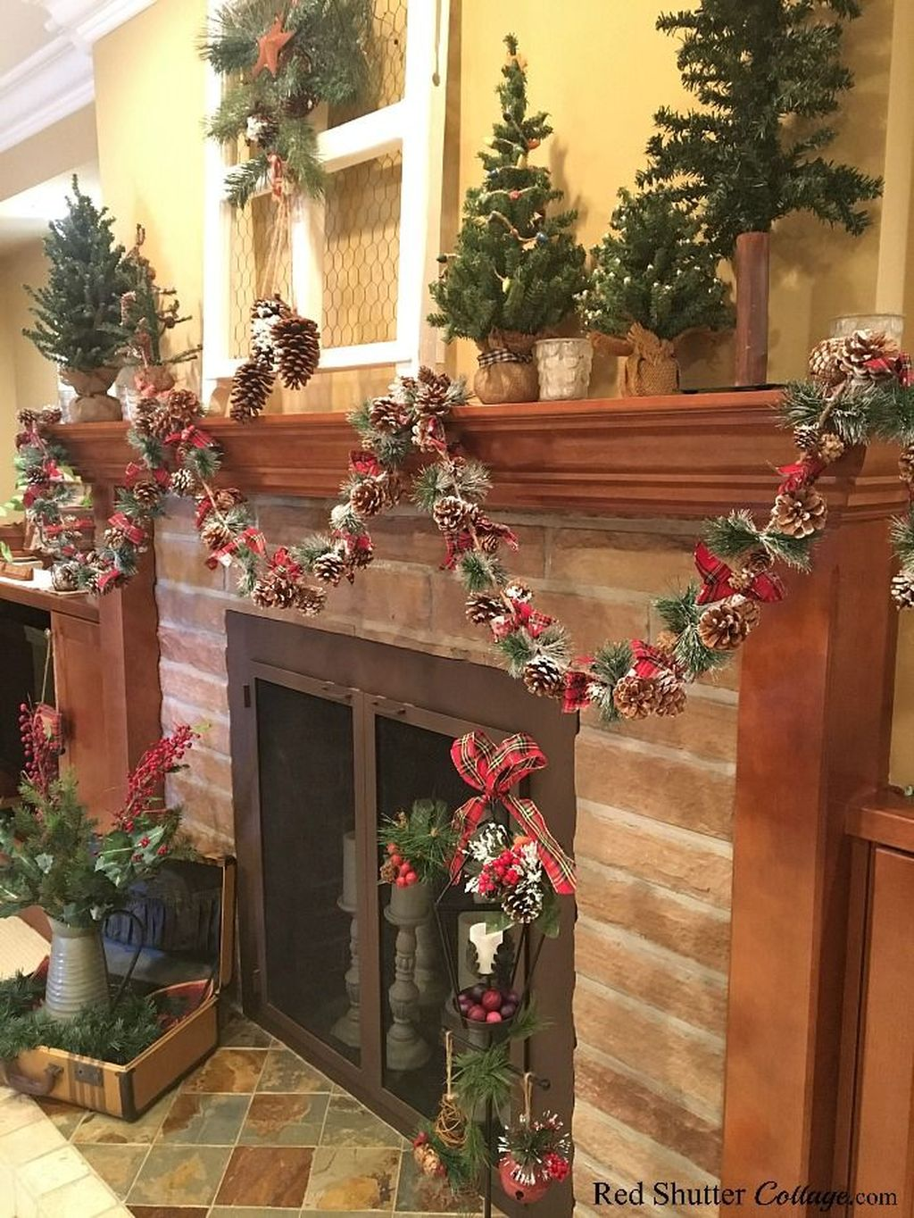 Popular Christmas Fireplace Mantel Decorations That You Like 30