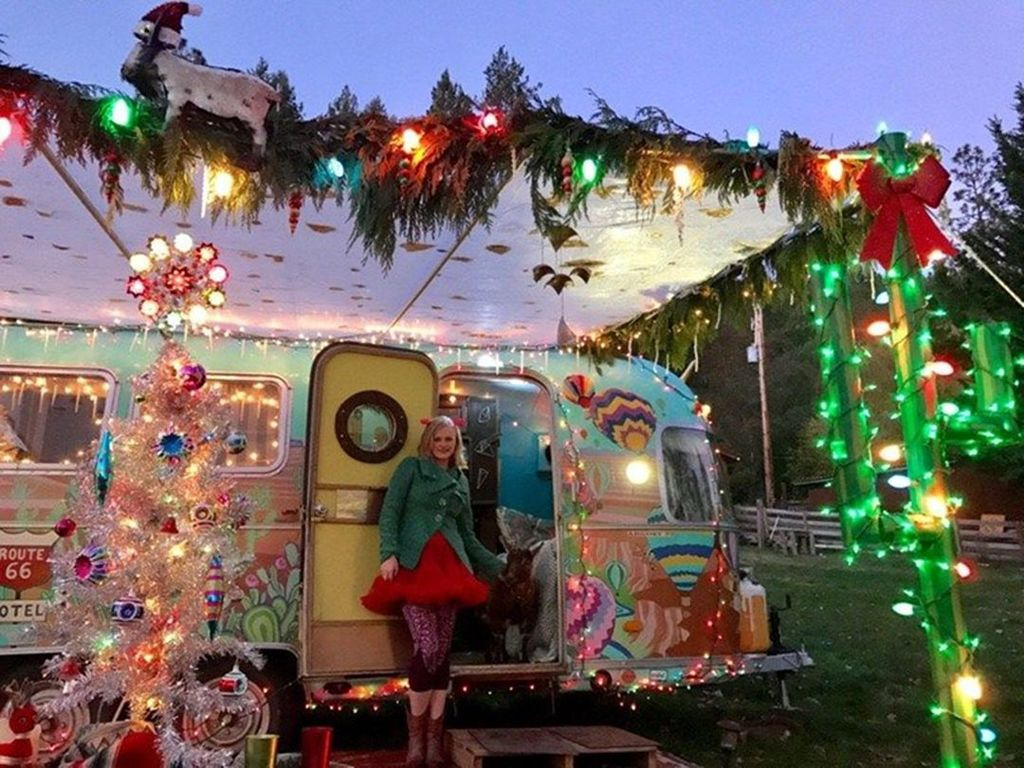 Stunning RV Christmas Decorations Ideas 01