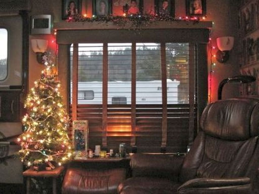 Stunning RV Christmas Decorations Ideas 03
