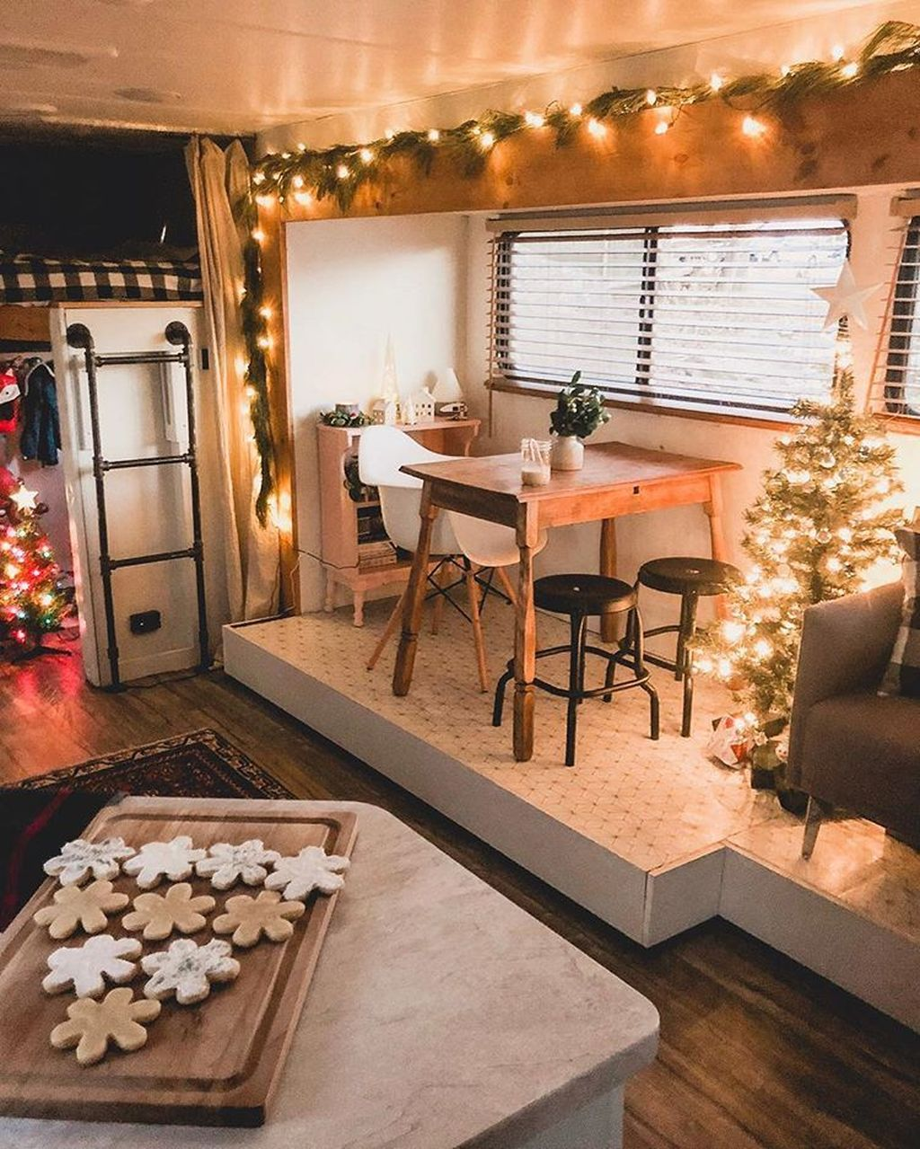 Stunning RV Christmas Decorations Ideas 21