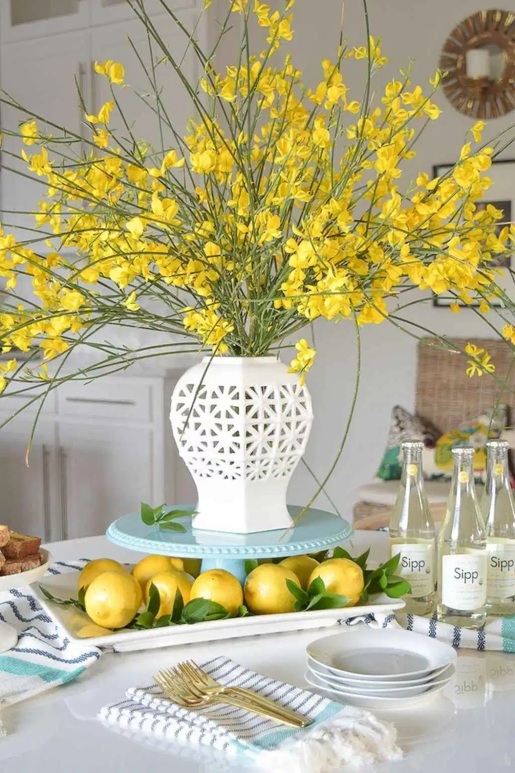 Inspiring Spring Table Centerpieces Best For Dining Room 22