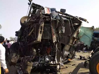 अकोला-वाशीम राष्ट्रीय महामार्गावर लक्झरी बस आणि ट्रक अपघातात दोन ठार
