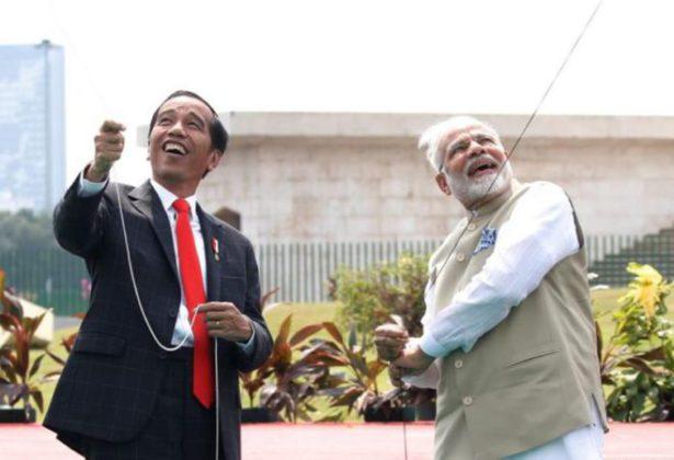 पंतप्रधान नरेंद्र मोदींनी इंडोनेशियात उडवला पतंग
