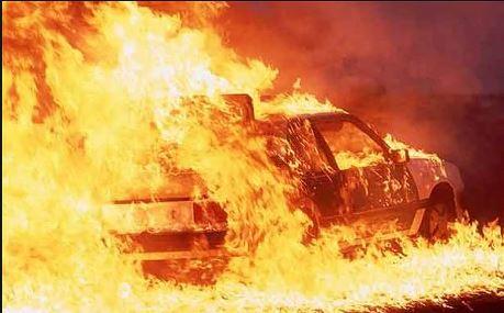 पार्किंगमध्ये उभ्या असलेल्या गाडीला अचानक भीषण आग