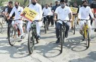 इंधन दरवाढीचा निषेध; काँग्रेस मंत्र्यांनी सायकलवरुन गाठले विधिमंडळ