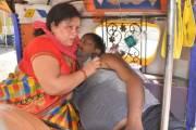धक्कादायक! बेड नसल्याने तीन रुग्णालयांनी दिला नकार, रिक्षामध्ये पत्नी तोंडाने ऑक्सिजन देत राहिली पण…