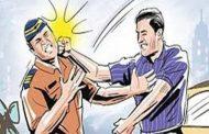 अपघाताच्या ठिकाणी भांडण सुरु असल्याने भांडण सोडविण्यासाठी गेलेल्या पोलिसाला मारहाण