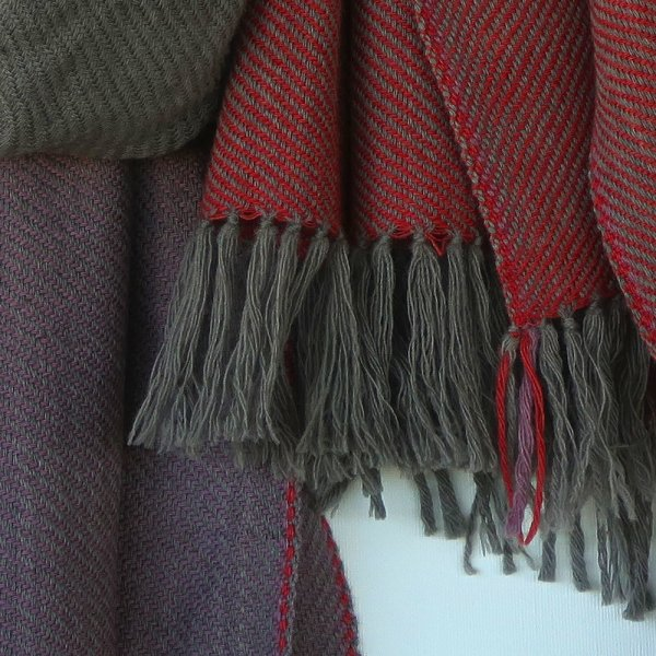 This naturally handwoven merino wool scarves. Handloom and dyed with sappanwood and harada gives a combination of grey, red and lilac a unique character.