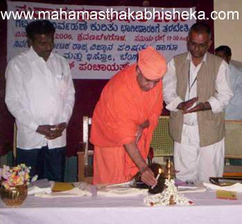 His Holiness Swasthi Sri Charukeerthi Bhattaraka Swamiji on Thursday inaugurating Project Kasavara, a solid waste management programme, at Shravanabelagola. (l to r)Shravanabelagola Gram Panchayat President S B Sharatkumar and ISRO Environmental Scientist V Jagannath are also seen in the picture.