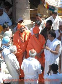 Dharamasthala Dharmadhikari Veerendra Heggade explaining the ideals of Bahgawan Bahubali to Deputy Chairman Planning Commission Montek Singh Ahluwalia as Shravanabelagola Pontiff Swasthishri Charukeerthi Bhattaraka Swamiji looks on, atop the Vindhyagiri hills on Wednesday.
