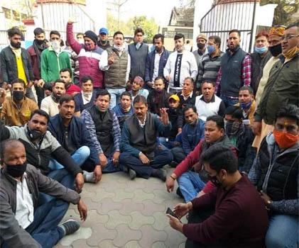 भाजपा पार्षद तन्मय रावत की गिरफ्तारी से भड़के भाजपाइयों ने कर दी सड़क जाम