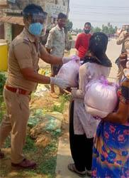 जसपुर : पुलिस ने राशन वितरण कर खाना खिलाया, गरीबों ने दी दुआएं